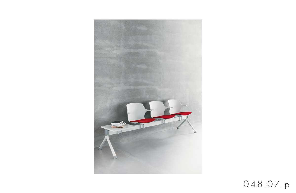 048_07.p_panca_attesa_con_braccioli_tavolino_sesta_frill_sedute_in_linea_conferenza_collettività_sedute_su_trave